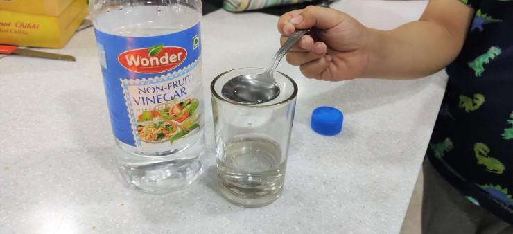 Add vinegar to glass